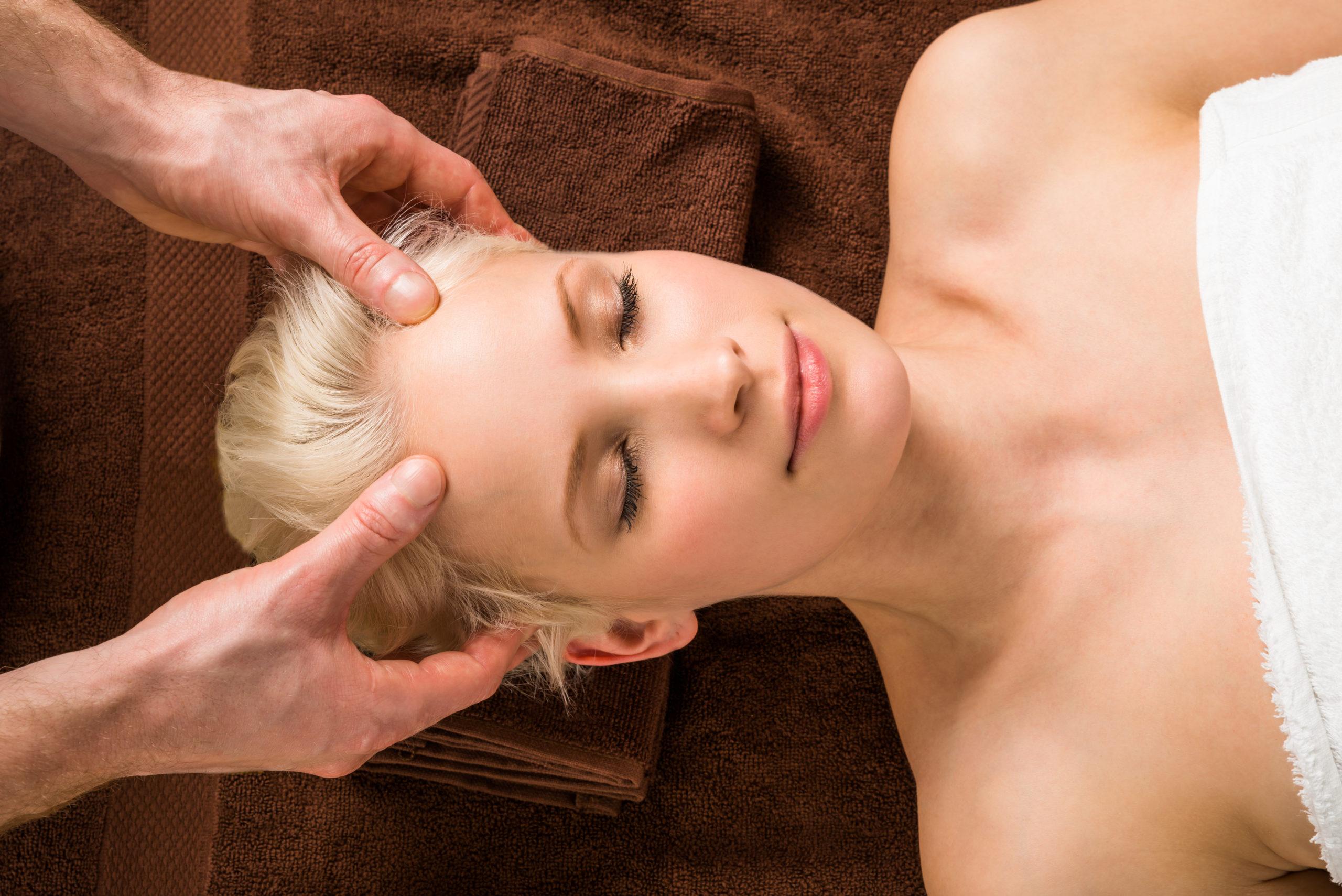 Massage de la tête (crâne et visage)